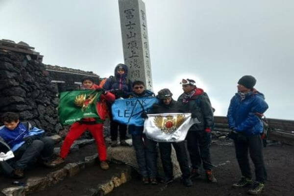 Indus flag reaches the summit of Mt. Fiji